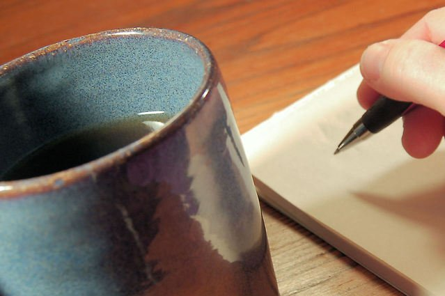 Hlinená šálka a človek, ktorý píše