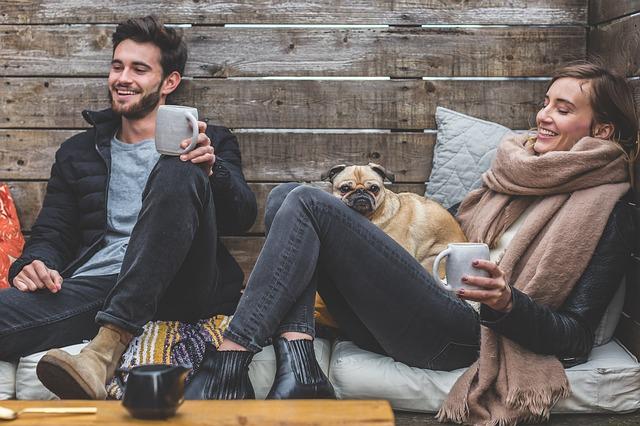 Mladý muž a žena, ktorí popíjajú kávu