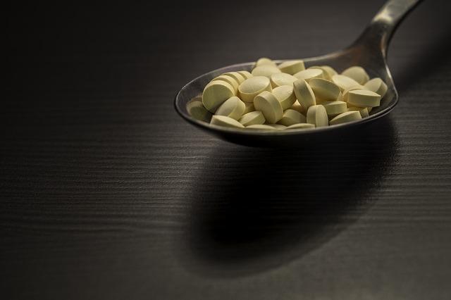 Žlté tabletky na lyžici.jpg