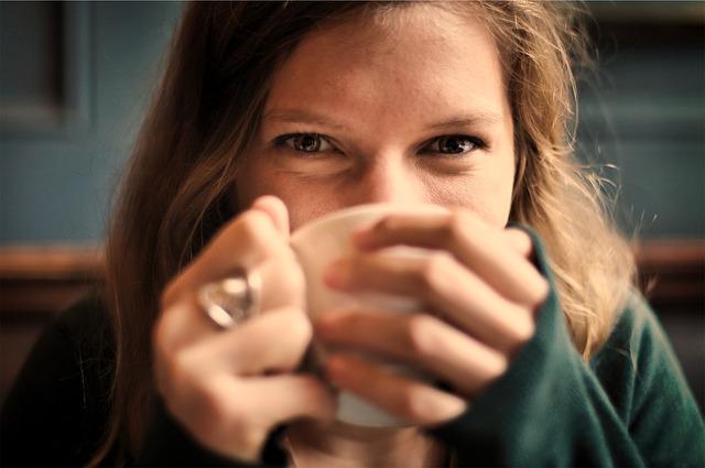 žena pije kávu.jpg