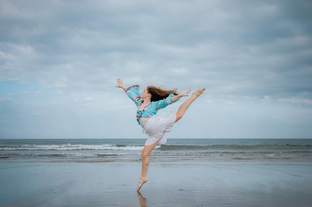 Žena skáče na pláži.jpg