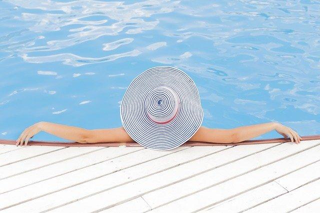 Žena s veľkým klobúkom v bazéne.jpg