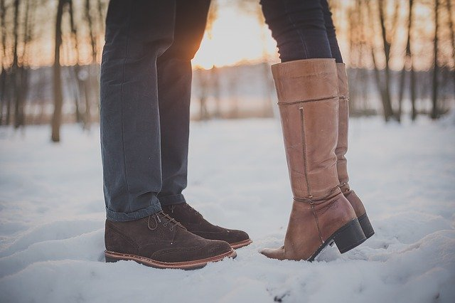 Mužské a ženské nohy oproti sebe v snehu